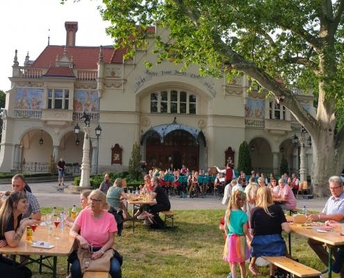 BesucherInnen im Berndorfer Theaterpark